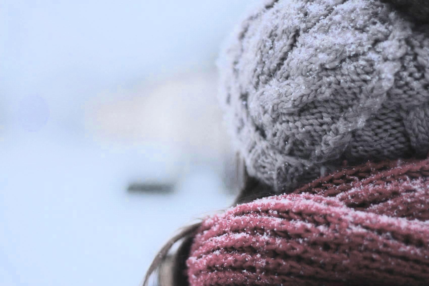 Kobieta w czapce zimowej