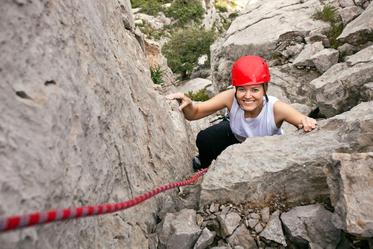kobieta wspinająca się na skale