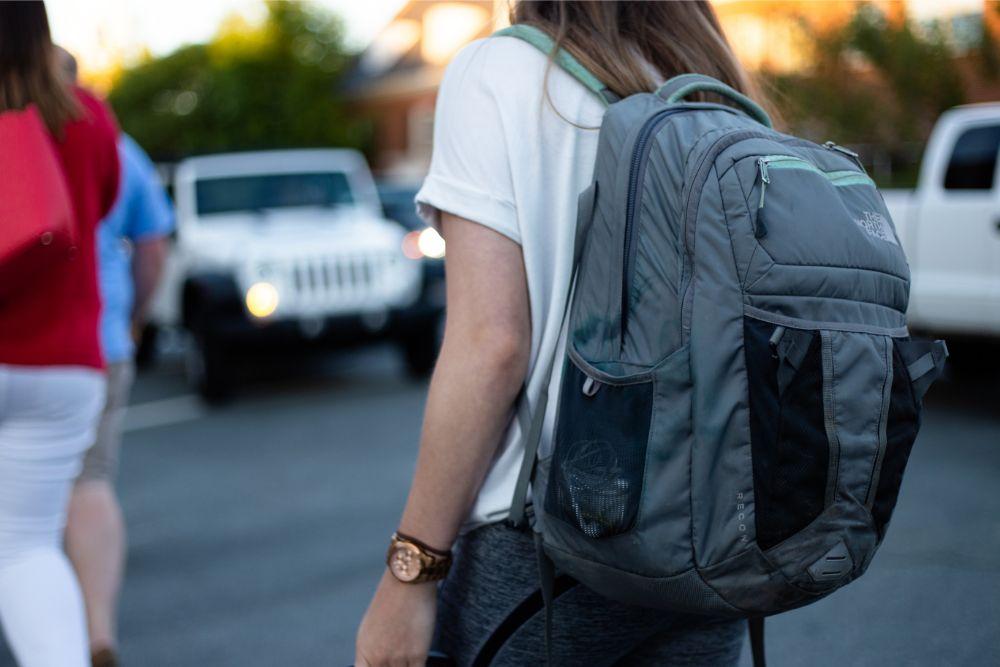 osoba z plecakiem